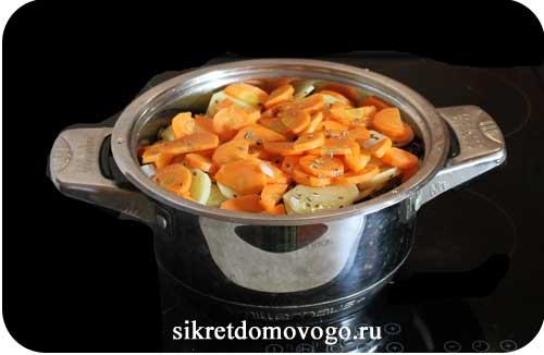 кастрюля с овощами и селедкой