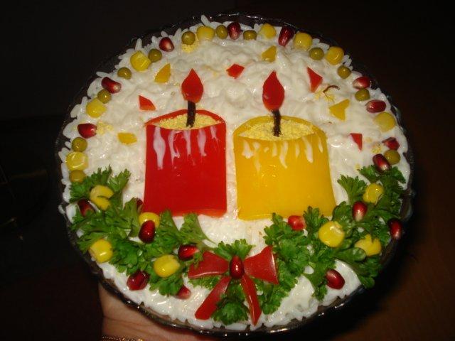 новогодний салат при свечах