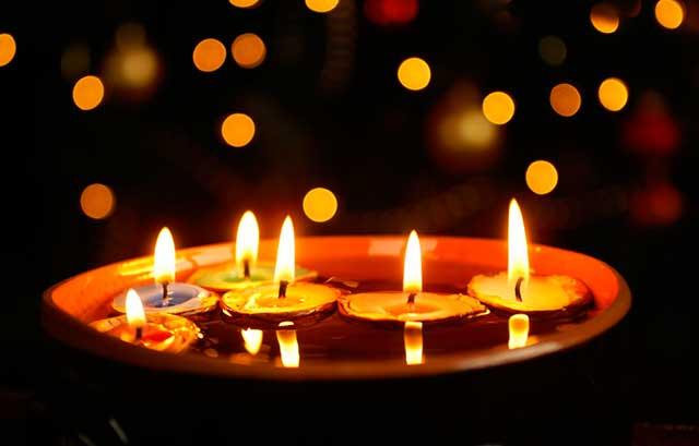 Плавающие свечи в воде