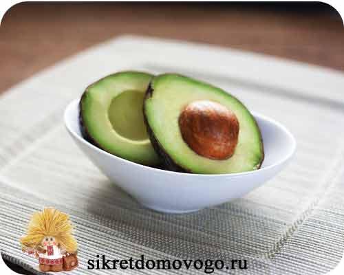 авокадо на тарелке